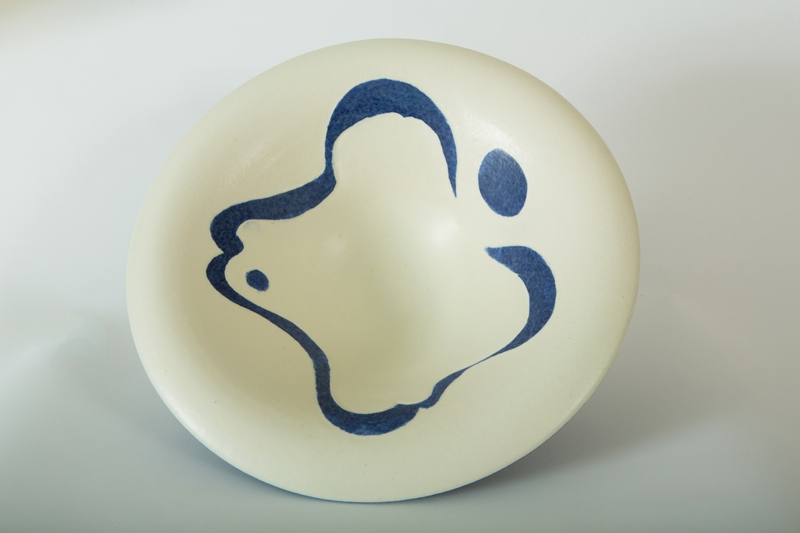 Wave Bowl, sgraffito, porcelain, rawglazed, singlefired, thrown handle, Usch Spettigue 2014.