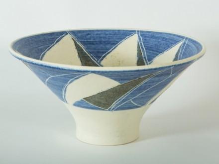 White Bowl, Sgraffito, porcelain, rawglazed, singlefired, thrown handle, Usch Spettigue 2014