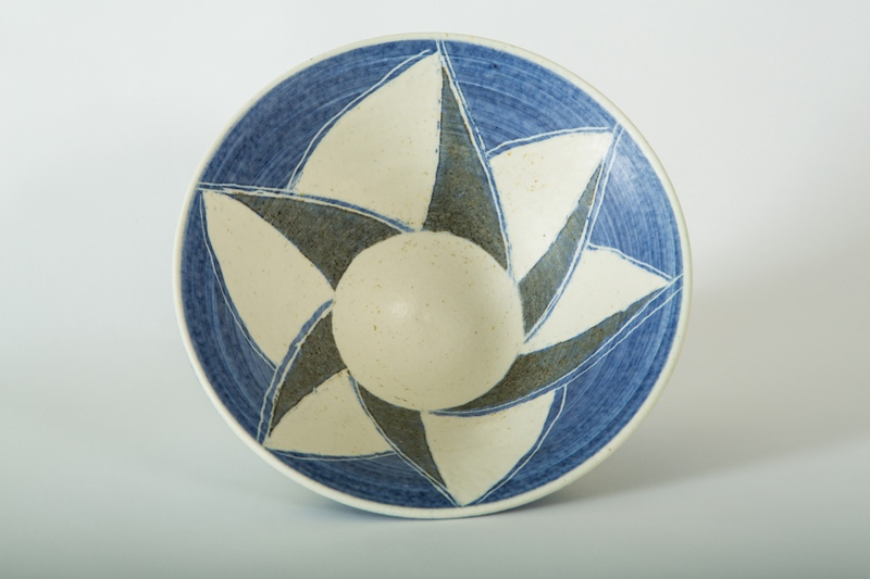 White Bowl, Sgraffito, porcelain, rawglazed, singlefired, thrown handle, Usch Spettigue 2014