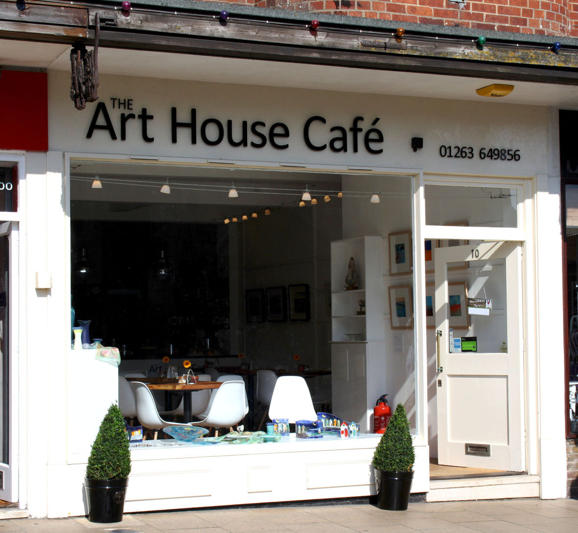 If you are lookoing for Usch's pots and bowls in Norfolk, just come and have a look at Art Hose Café in Cromer! The Art House Café at 10 High Street, is directly opposite the church in the heart of Cromer. It's in a great location in the centre of town with a lovely view of the church and people are finding the space a lovely calm and relaxing place to come and enjoy a delicious coffee and cake. The former ladies clothes shop has been transformed into a light and airy space in which to relax and savor delicious refreshments whilst enjoying the talents of contemporary East Anglian artists. Showing a wide range of work from watercolour and oil paintings, ceramics, glass, driftwood art, jewellery, silk scarves and greetings cards so hopefully there is something for everyone to enjoy. The exhibitions change throughout the year and there will always be something interesting and thought provoking to see. We look forward to welcoming you to the Art House Café. Art House Café 10 High Street Cromer Norfolk NR27 9HG Telephone: 01263 649856